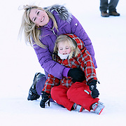 AUT/Lech/20080210 - Fotosessie Nederlandse Koninklijke familie in lech Oostenrijk, prinses Maxima en dochter Amalia