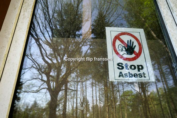 Nederland, Groesbeek, 18-4-2019Een verlaten gebouw moet worden gesloopt. Tot die tijd wordt gewaarschuwd voor asbest in het pand.Foto: Flip Franssen