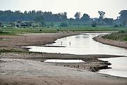 Nederland, Druten,  10-5-2020, In de uiterwaarden langs de Waal bij Afferden en Deest is door Rijkswaterstaat  in het kader van ruimte voor de rivier een nevengeul gegraven die ook een nieuw natuurgebied en wandelgebied, recreatiegebied heeft opgeleverd . Het water staat nu laag door de aanhoudende droogte dit voorjaar . De herinrichting van deze Afferdense en Deestse Waarden moet voor een betere waterafvoer zorgen in tijden van hoogwater . De uitgegraven meestromende nevengeul, geul met vertakkingen wordt gevuld met rivierwater . Het beheer wordt gedaan door staatsbosbeheer . Land van Maas en Waal . Foto: Flip Franssen