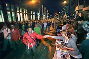 Nederland, Nijmegen, 19-7-2011Start van de 95e vierdaagse. Studenten en late feestvierders doen de lopers uitgeleide naar de Betuwe.Foto: Flip Franssen