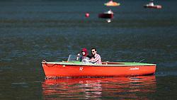 THEMENBILD, eine Arabische Familie mit Kind in einem Motorboot am Zeller See. Jedes Jahr besuchen mehrere Tausend Gäste aus dem arabischen Raum die Urlaubsregion im Salzburger Pinzgau, aufgenommen am 06.August 2015 in Zell am See, Österreich // an Arab family with child in a motor boat on Lake Zell. Every year thousands of guests from Arab countries takes their holiday in Zell am See - Kaprun Region, Zell am See, Austria on 2015/08/06. EXPA Pictures © 2015, PhotoCredit: EXPA/ JFK