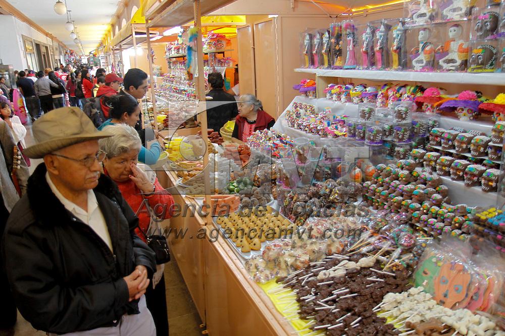 TOLUCA, México.-  En los portales de Toluca ya se encuentra instalada la tradicional Feria del Alfeñique, en donde se pueden encontrar una gran variedad de calaveras de dulce, chocolate, amaranto, entre otras, al igual  figuras de catrinas y un extenso surtido de dulces de temporada. Agencia MVT / Crisanta Espinosa. (DIGITAL)