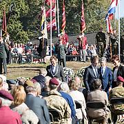 NLD/Ede/20190921- Prince Charles en Prinses Beatrix bij herdenking Airborne, Burgemeester van Ede legt een krans