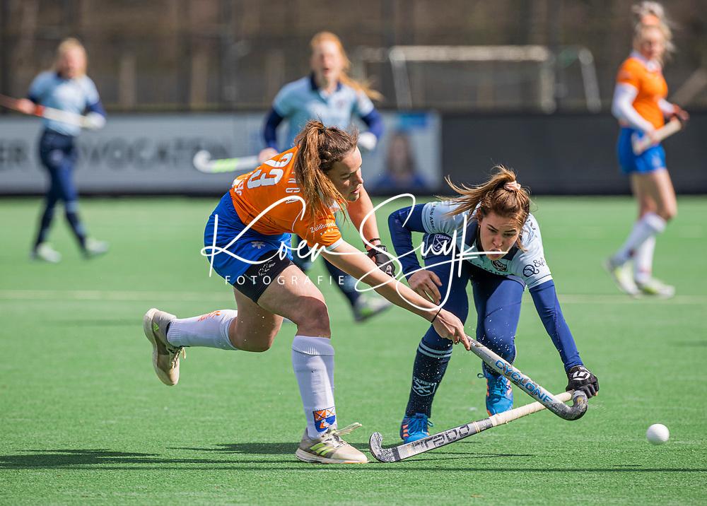 BLOEMENDAAL -Malou Nanninga (Bldaal) met Cecile Knuvers (Laren)    tijdens de hoofdklasse hockeywedstrijd dames , Bloemendaal-Laren (5-1).  . COPYRIGHT KOEN SUYK
