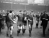 Fotball<br /> England <br /> Foto: Colorsport/Digitalsport<br /> NORWAY ONLY<br /> <br /> TOMMY SMITH, TOMMY LAWRENCE AND ROGER HUNT ON THEIR LAP OFF HONOUR. LIVERPOOL V LEEDS UNITED, FA CUP FINAL 1/5/1965