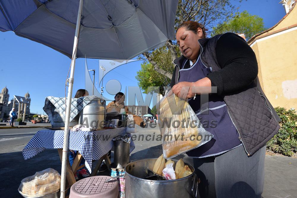TOLUCA, México.- (Febrero 02, 2018).- Tamaleros de la ciudad de Toluca vendieron el doble de tamales, en comparación a cualquier día de la semana, por la celebración del Día de la Candelaria. Agencia MVT / Crisanta Espinosa.