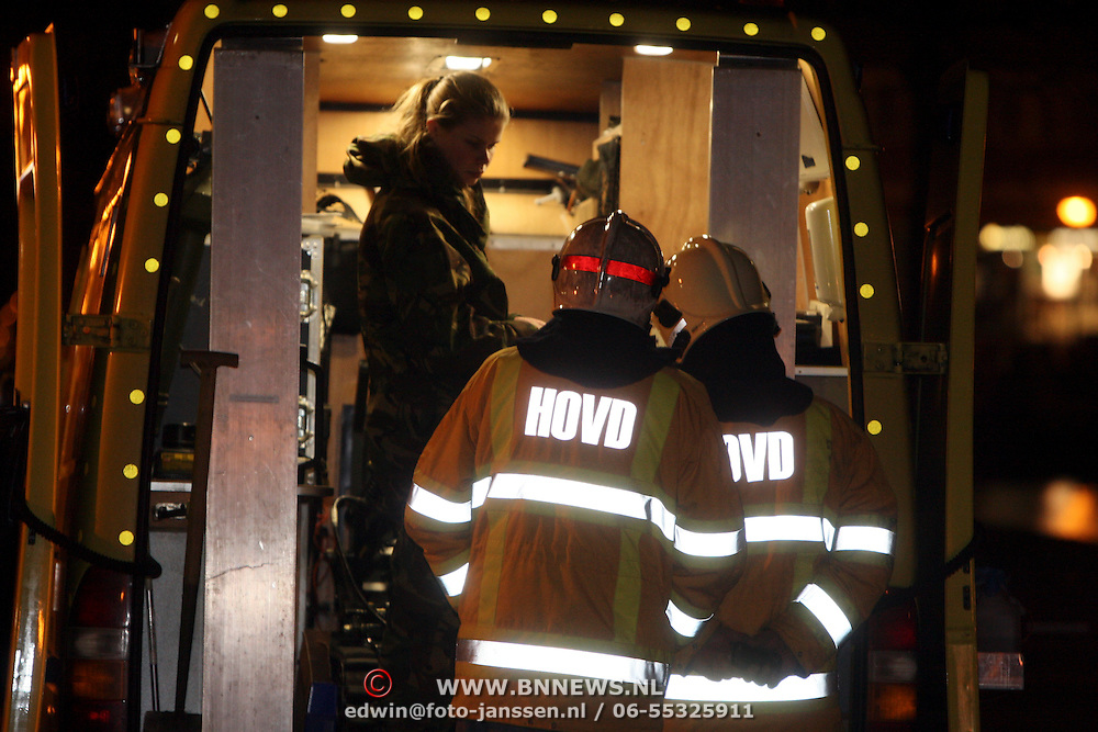 NLD/Huizen/20080108 - Verdacht pakketje gevonden Oostkade Huizen, medewerker EOD onderzoekt het pakket in beschermende kleding