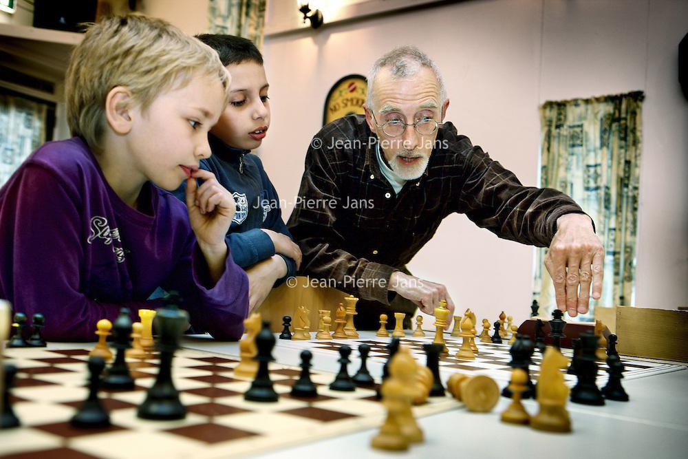 Nederland, Amsterdam , 24 april 2010..Kinderen leren schaken bij schaakclub TAL/ DCG van speeltuinvereniging Mercator op de Orteliuskade. De kinderen krijgen instructies..Foto:Jean-Pierre Jans