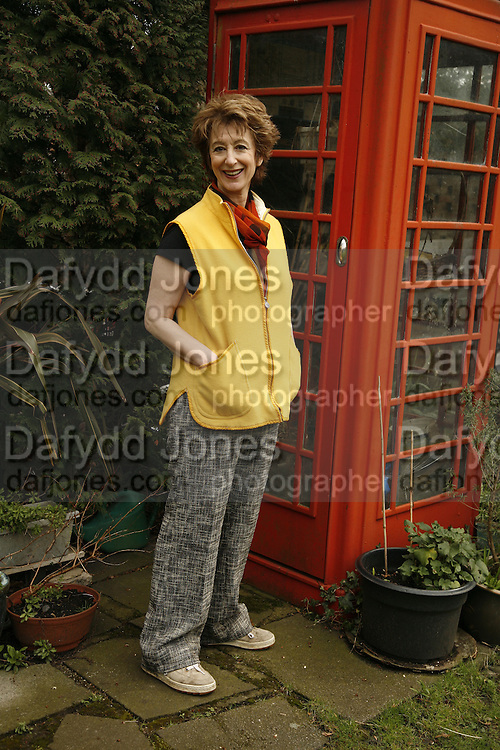 MAUREEN LIPMAN in her home in Muswell Hill. 10 April 2006. ONE TIME USE ONLY - DO NOT ARCHIVE  © Copyright Photograph by Dafydd Jones 66 Stockwell Park Rd. London SW9 0DA Tel 020 7733 0108 www.dafjones.com