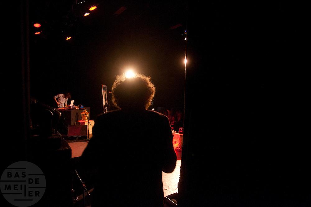Verliezend finalist Boris de Jong (1977) gaat het podium op voor de tweede ronde. In Utrecht vindt het tiende Nationaal Kampioenschap Poetry Slam plaats. Negen dichters dragen eigen werk voor en door middel van een applausmeting en een jury wordt bepaald wie naar de finale gaat. Tijdens de finalebattle, waarbij de twee finalisten gedichten tegen elkaar voordragen, bepaalt het publiek wie de uiteindelijke winnaar wordt.<br /> <br /> Finalist Boris de Jong (1977) is entering the stage for the second round. In Utrecht the tenth Dutch Championship Poetry Slam is taking place. Nine poets recite their own works, and through an applause measurement and a jury is determined who goes to the finals. During the final battle, the two finalists recite poems against each other, the audience determines who the winner is.