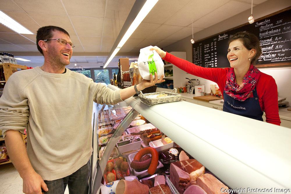 366316-buurtwinkel t'velooke reportage-Marc Willems en Jill Preudhomme