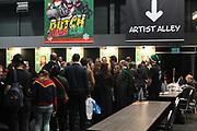 Dutch X-Mas Con is hét popcultuur evenement in Nederland, met een vleugje kerst! Tijdens deze editie zal Dutch X-Mas Con veel aandacht besteden aan cosplay, naast de gebruikelijke activiteiten zoals beroemde guests, tekenaars, dealers en nog veel meer.<br /> <br /> Op de foto:  In de rij voor een handtekening en foto van Jason Isaacs