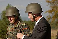 16 OCT 2001, BERLIN/GERMANY:<br /> Rudolf Scharping, SPD, Bundesverteidigungsminister, mit Stahlhelm auf, waehrend eines Besuches der Infanterieschule des Heeres, Hammelburg<br /> IMAGE: 20011016-01-031<br /> KEYWORDS: Bundeswehr, Armee, Gefechtshelm