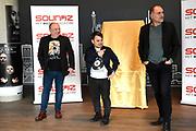 Coveronthulling muziek magazine  SOUNDZ, nu het grootste muziek magazine van Nederland<br /> <br /> Op de foto: De cover wordt onthuld door Leo Blokhuis en Roel van Velzen met hoofdredacteur Jean-Paul Heck