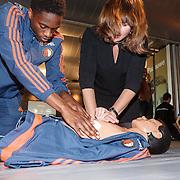NLD/Rotterdam/20151207 - Reanimatiecursus Feyenoord selectie + bn'ers leren samen reanimeren, Astrid Kerssenboom en .................