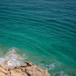 As águas azuis e transparentes do Oceano Atlântico a sul da cidade de Benguela. Salinas da Macaca. Angola