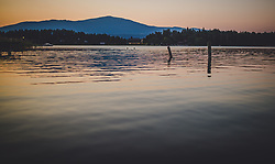 THEMENBILD - Zwei Schwimmer am Faakersee bei Sonnenuntergang, aufgenommen am 20. Juni 2018 in Faak am See, Österreich // Two swimmers at Faakersee at sunset, Faak am See, Austria on 2018/06/20. EXPA Pictures © 2018, PhotoCredit: EXPA/ JFK