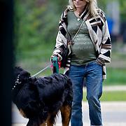 NLD/Amsterdam/20100505 - Zwangere Nikki Plessen wandelend in het Vondelpark Amsterdam