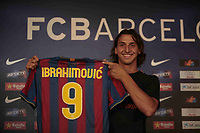 Fotball<br /> Spania<br /> 27.07.2009<br /> Foto: Cordon Press/Digitalsport<br /> NORWAY ONLY<br /> <br /> Neuzugang Zlatan Ibrahimovic (FC Barcelona) präsentiert während der Pressekonferenz sein neues Trikot