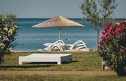THEMENBILD - Strandliegen und Sonnenschirme an einem leeren Strandabschnitt, aufgenommen am 05. Juli 2020 in Novigrad, Kroatien // Beach chairs and umbrellas on an empty beach section, in Novigrad, Croatia on 2020/07/05. EXPA Pictures © 2020, PhotoCredit: EXPA/ Stefanie Oberhauser
