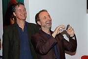 Uitreking van de eerste Nederlandse National Geographic Honorary Award in het FOAM foto museum, Amsterdam.<br /> <br /> Op de foto:  natuurfotograaf Frans Lanting en acteur/fotograaf en Thom Hoffman