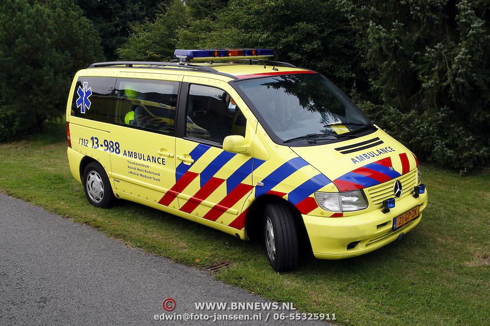 NLD/Huizen/20070807 - Ernstig ongeval in woning Groen van Prinstererlaan Huizen, busje Mobiel Medisch team