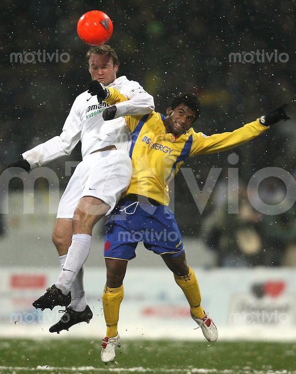 Braunschweig , 260107 , Saison 2006/2007 ; Fussball 2.Bundesliga Eintracht Braunschweig - FC Carl Zeiss Jena  Alexandert VOIGT (Jena) gegen Jales OTACILIO (Braunschweig)