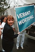 """07.01.1999, Deutschland/Bonn:<br /> Angela Merkel, CDU Generalsekretärin, trägt einen Umzugskarton """"Verantwortung"""" als Sinnbild dafür, daß die CDU die """"neue Mitte"""" von der SPD zur CDU zurückholen möchte, Konrad-Adenauer-Haus, Bonn<br /> IMAGE: 19990107-01/01-05"""