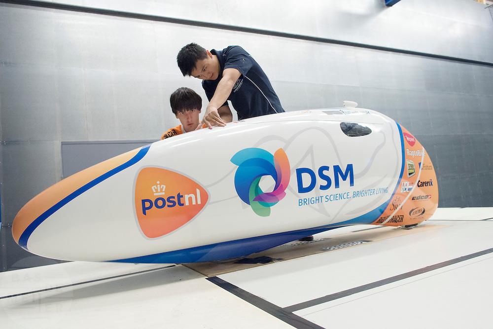 De VeloX2 wordt klaar gemaakt voor de test. Op de TU Delft wordt de VeloX2 getest in de windtunnel. Met de VeloX2 wil het Human Powered Team Delft en Amsterdam, bestaande uit studenten van de TU Delft en de VU Amsterdam, het werelduurrecord en het sprint record gaan breken.<br /> <br /> The VeloX2 is prepared for testing. The VeloX2 is tested on aerodynamics at the wind tunnel of TU Delft. With the VeloX2 the Human Powered Team Delft and Amsterdam are trying to break the speed records for human powered vehicles.