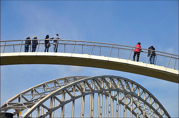 Nederland, Nijmegen, 19-4-2015De wandelbrug Ooypoort over de monding van 't Meertje is toegankelijk voor het publiek. De 62 meter lange brug verbindt de oostelijke Waalkade met de Ooijpolder en slaat daarmee letterlijk een brug tussen Nijmegen en natuur. De ranke wandelbrug van composiet heeft alleen trappen. Fietsers en brommers kunnen geen gebruik maken van de verbinding. De wandelbrug is gerealiseerd door gemeente Nijmegen in goede samenwerking met Staatsbosbeheer en medegefinancierd door de provincie Gelderland en Staatsbosbeheer. De nieuwe wandelbrug Ooypoort bij t Meertje verbindt de oostelijke Waalkade met de Ooijpolder en Stadswaard. Een brug tussen stad en natuur. Op achtergrond de Waalbrug. Waal.FOTO: FLIP FRANSSEN/ HOLLANDSE HOOGTE