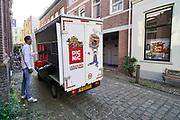 Nederland, Nijmegen, 25-4-2020  Vis boodschappen bezorgdienst picnic  kun je voedsel, boodschappen, levensmiddelen die online besteld zijn laten brengen, bezorgen . Flexwerk, bezorger,supermarkt, onlinesupermarkt,bestellen . Foto: Flip Franssen