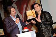 Presentatie 11e editie Top 40 Hitdossier en lancering nieuwe website www.top40.nl in De Vorstin, Hilversum.<br /> <br /> Op de foto:  Jody Bernal ontvangt de award van Erik de Zwart