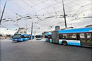 Nederland, the Netherlands, Arnhem, 4-11-2015Het nieuwe station van de gelderse hoofdstad. De ov terminal met parkeergarage en fietsenstalling. De ingewikkelde architectuur heeft het bouwproject veel problemen en vertraging opgeleverd. Uiteindelijk heeft de bouw 18 jaar en 90 miljoen euro, veel meer als aanvankelijk begroot, gekost. Buiten is aansluiting op het trolley busnet, karakteristiek voor Arnhem, schoon maar gevoelig voor storingen..FOTO: FLIP FRANSSEN/ HH