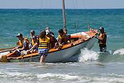 junge Leute mit Segelboot in der Brandung, Strand, Netanya, Israel.|.young people with saling boat, beach, Netanya, Israel