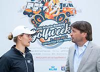 TILBURG - Anne van Dam met Robert-Jan Derksen. De tweede editie van de ING Private Banking Golfweek vindt plaats van 7 tot en met 9 juli op golfclub Prise d'eau in Tilburg. Een evenement voor jong en oud waarbij kijken, beleven en zelf doen centraal staan en de toegang gratis is. Dit unieke evenement waar topsport en breedtesport samenkomen is op 6 april aangekondigd op golfclub Prise d'eau. Robert-Jan Derksen introduceerde dé golf experience van Nederland. FOTO KOEN SUYK