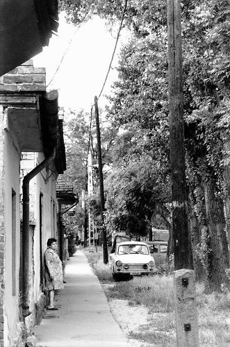 Hongarije, Boedapest, 12-6-1989 Verschillende straatbeelden van de stad. straatbeeld,stadsbeeld,straatgezicht,stadsgezicht, Armoede aan de rand van de stad . Trabant, oude vrouw .Foto: Flip Franssen
