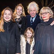NLD/Amsterdam/20161222 - Première 32ste Wereldkerstcircus, Paul van Vliet met partner Lidewij de Jongh en hun kleinkinderen