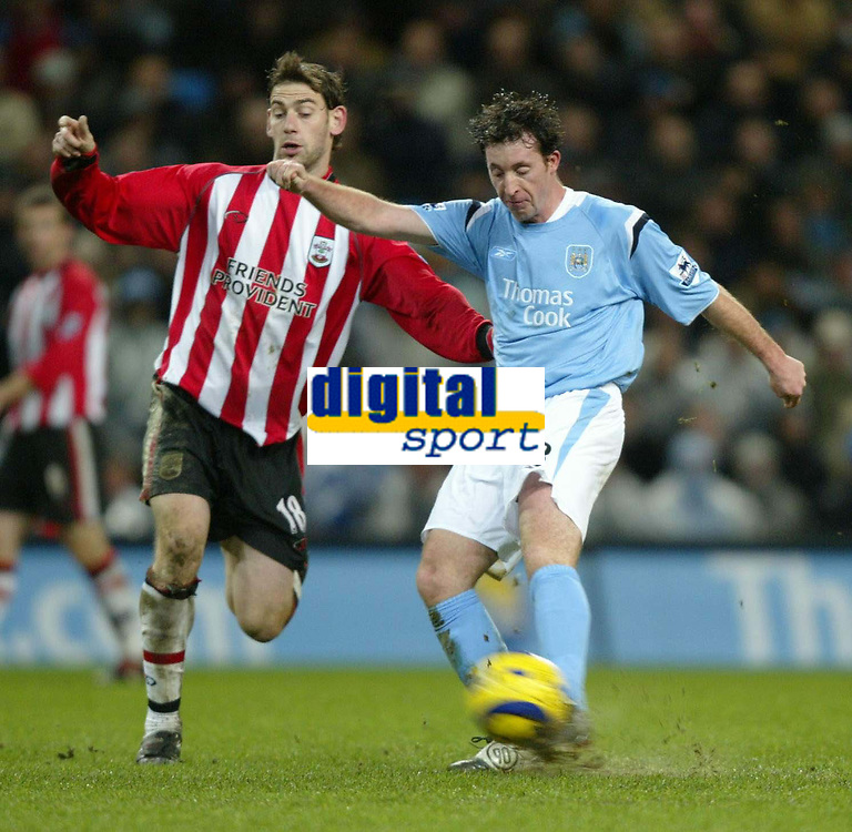 Fotball<br /> Premier League England 2004/2005<br /> Foto: SBI/Digitalsport<br /> 01.01.2005<br /> NORWAY ONLY<br /> <br /> Manchester City v Southampton<br /> <br /> Robbie Fowler of Manchester City strikes for goal as Rory Delap of Southampton closes in.