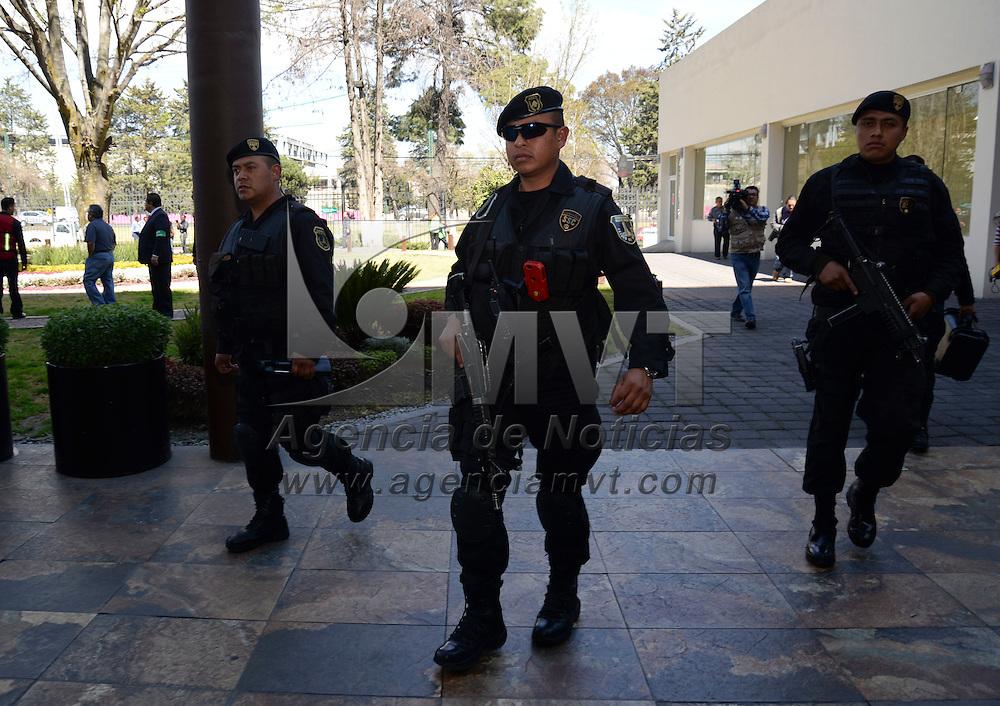 Toluca, México.- Elementos del  Grupo  Táctico de la SSC, Cruz Roja y brigadas internas de Protección Civil del Hotel Marriot Toluca, participaron en un simulacro de amenaza de bomba, en donde hubo 3 heridos por la detonación de dos artefactos. Agencia MVT / Crisanta Espinosa