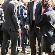 NLD/Laren/20140411 - Begrafenis slachtoffers familiedrama Schmittmann, Richard Krajicek op krukken en partner Daphne Deckers verlaten de kerk