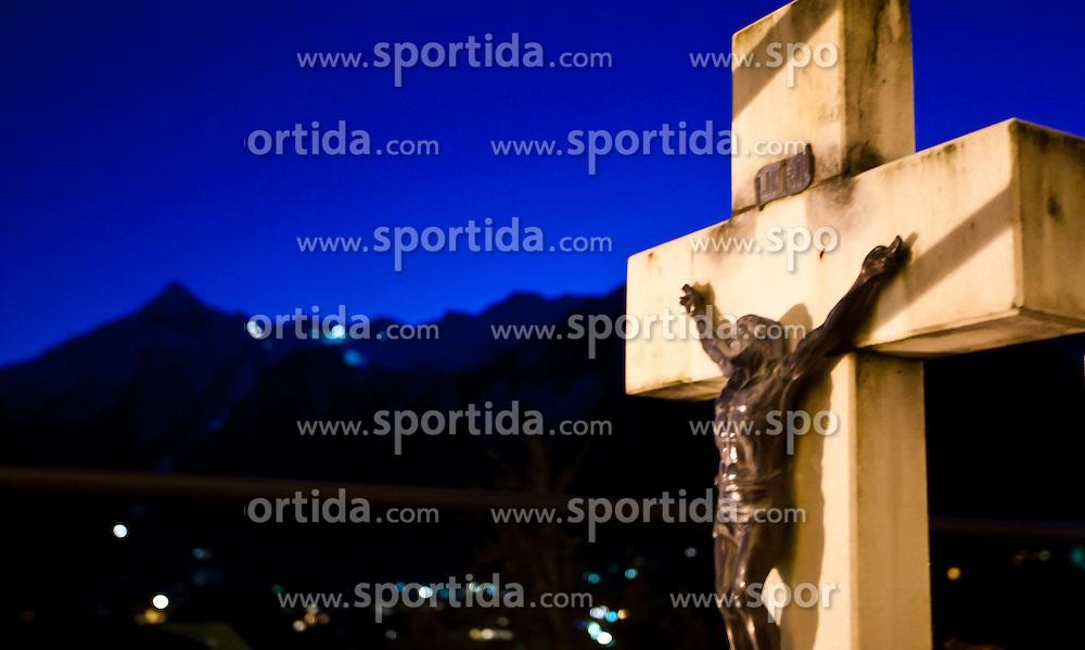 11.11.2010, Gedenkstätte, Kaprun, AUT, Kaprun Katastrophe, 10 Jahre Gedenkfeier, im Bild ein Grabkreuz vor der Kirche mit Blick in Richtung Kitzsteinhorn in der Abendstimmung// A cross of a grave in Front of the Church of Kaprun with viewing direction to the Galcier Kitzsteinhorn in evening during the 10th Anniversery of the Kaprun Desaster, EXPA Pictures © 2010, PhotoCredit: EXPA/ J. Feichter / SPORTIDA PHOTO AGENCY
