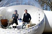 Booking.com en Keukenhof openen deuren voor een onvergetelijke nacht. Wakker worden op een plek waar nog nooit iemand heeft geslapen? Dit voorjaar heeft iedereen de mogelijkheid om wakker te worden aan de oever van een tulpenzee. In Keukenhof heeft Booking.com een doorzichtige luchtbel opgesteld met panoramisch uitzicht over de iconische tulpenvelden. <br /> <br /> Op de foto:  Nicolette Kluijver