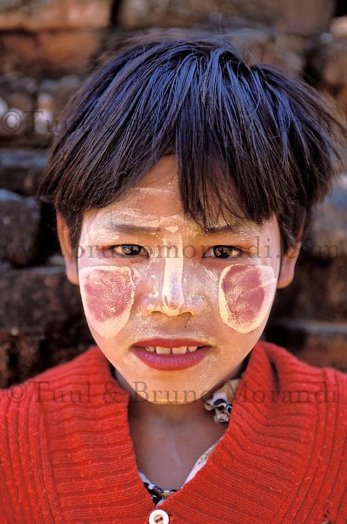 Myanmar (ex Birmanie), Province de Mandalay, Bagan ou Pagan, Enfant avec un maquillage de protection // Myanmar (Burma), Mandalay province, Pagan or Bagan, Children with make up mask for protection