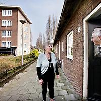 Nederland, amsterdam , 31 maart 2014.<br /> Dhr. Pier en mevr. Dejong bewoners van een zg piggelmeewoning voor hun woning op de Leeuwendalerspad in bos en Lommer.<br /> Foto:Jean-Pierre Jans