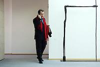 23 JAN 2006, BERLIN/GERMANY:<br /> Franz Muentefering, SPD, Bundesarbeitsminister, mit rotem Schal, telefoniert mit dem Handy, vor Beginn einer Sitzung des SPD Praesidiums, Willy-Brandt-Haus<br /> IMAGE: 20060123-01-001<br /> KEYWORDS: Franz Müntefering, Telefon, phone, Mobiltelefon