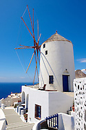 Oia ( Ia ) Santorini - Windmills Greek Cyclades islands - Photos, pictures and images .<br /> <br /> If you prefer to buy from our ALAMY PHOTO LIBRARY  Collection visit : https://www.alamy.com/portfolio/paul-williams-funkystock/santorini-greece.html<br /> <br /> Visit our PHOTO COLLECTIONS OF GREECE for more photos to download or buy as wall art prints https://funkystock.photoshelter.com/gallery-collection/Pictures-Images-of-Greece-Photos-of-Greek-Historic-Landmark-Sites/C0000w6e8OkknEb8