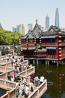 Chine, Shanghai, Nanshi l'ancienne ville chinoise. le pavillion Hu Xing et le pont en Zig Zag. //China, Shanghai, Nanshi the old chinese city, Hu Xing teahouse and bridge.