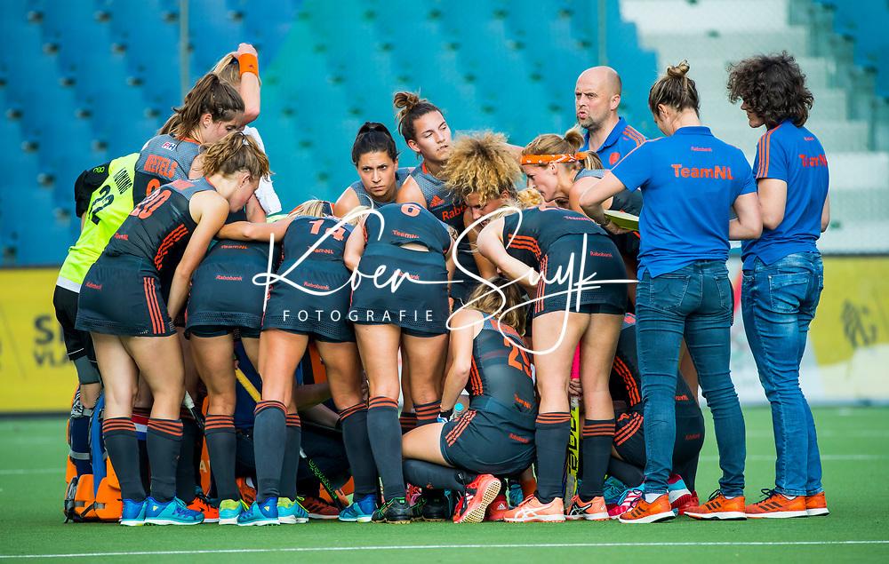 BRUSSEL - team Oranje  tijdens rust  tijdens de finale Nederland-China (2-0) bij de halve finale ronde Hockey World League (dames) . COPYRIGHT KOEN SUYK