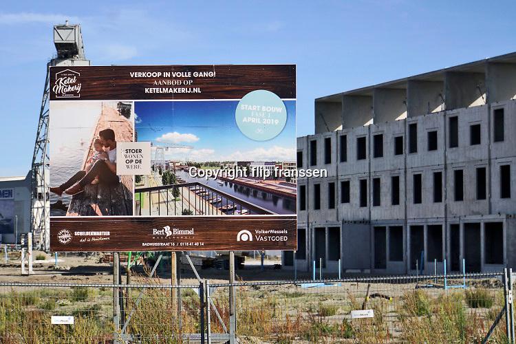 Nederland, Vlissingen, 15-09-2019 Op het terrein van de voormalige scheepswerf de Schelde worden nieuwe woningen gebouwd. Wonen op de werf heet het project . De scheepsbouwer is overgenomen door Damen Naval shipbuilding die verderop nog een loods heeft staan .Foto: Flip Franssen
