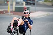 Aniek Rooderkerken komt terug van een trainingsronde. Het Human Power Team Delft en Amsterdam (HPT), dat bestaat uit studenten van de TU Delft en de VU Amsterdam, is in Amerika om te proberen het record snelfietsen te verbreken. In Battle Mountain (Nevada) wordt ieder jaar de World Human Powered Speed Challenge gehouden. Tijdens deze wedstrijd wordt geprobeerd zo hard mogelijk te fietsen op pure menskracht. Het huidige record staat sinds 2015 op naam van de Canadees Todd Reichert die 139,45 km/h reed. De deelnemers bestaan zowel uit teams van universiteiten als uit hobbyisten. Met de gestroomlijnde fietsen willen ze laten zien wat mogelijk is met menskracht. De speciale ligfietsen kunnen gezien worden als de Formule 1 van het fietsen. De kennis die wordt opgedaan wordt ook gebruikt om duurzaam vervoer verder te ontwikkelen.<br /> <br /> The Human Power Team Delft and Amsterdam, a team by students of the TU Delft and the VU Amsterdam, is in America to set a new world record speed cycling.In Battle Mountain (Nevada) each year the World Human Powered Speed Challenge is held. During this race they try to ride on pure manpower as hard as possible. Since 2015 the Canadian Todd Reichert is record holder with a speed of 136,45 km/h. The participants consist of both teams from universities and from hobbyists. With the sleek bikes they want to show what is possible with human power. The special recumbent bicycles can be seen as the Formula 1 of the bicycle. The knowledge gained is also used to develop sustainable transport.